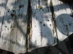 腐ってきたガーデンテーブルの天板;クリックすると大きな写真になります