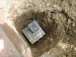 Iジュリプラスの箱で作った束石を掘った穴に置く;クリックすると大きな写真になります