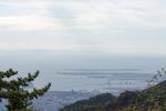 六甲山からポートアイランドの向こうに淡路島を望む;クリックすると大きな写真になります。