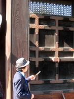 宜秋門を説明するガイドさん;クリックすると大きな写真になります。