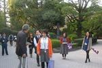 正門で迎えてくれた学生ツアーガイド;クリックすると大きな写真になります。