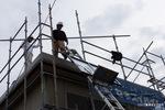 リフトを使って、屋根に資材を上げる;クリックすると大きな写真になります。