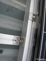 折板屋根の溝にアルミ架台を取り付けて土台とする;クリックすると大きな写真になります。