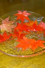 食卓のもみじの葉;クリックすると大きな写真になります