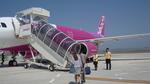 搭乗口から飛行機まで歩く:関西空港;クリックすると大きな写真になります