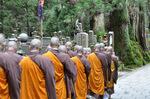 弘法大師御廟での修行を終え、宿坊に向かう修行僧;クリックすると大きな写真になります