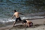 砂遊びをする子どもたち:クリックすると大きな写真になります
