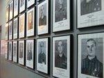 建物の廊下に並ぶ亡くなった収容者たち;クリックすると大きな写真になります