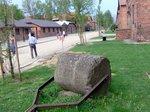 収容者を引き殺したこともある石製のローラー;クリックすると大きな写真になります