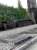 慰霊碑の前にも、小石などの墓碑;クリックすると大きな写真になります