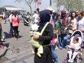 黒い衣装に赤ちゃんを背負い・・・;クリックすると大きな写真になります