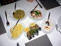 レストランでは、まず好きな前菜を取り、メインを注文する;クリックすると大きな写真になります