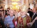 聖大スポタの祝福を与える赤い祭服の主教(ぼけています);クリックすると大きな写真になります