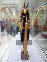 王墓で見つかった「牡山羊の像」;クリックすると大きな写真になります。