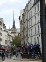 パリ・景観地区の谷間のゴシック教会;クリックすると大きな写真になります。