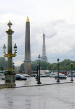 パリ・コンコルド広場のオベリスク(遠くに見えるのはエッフェル塔);クリックすると大きな写真になります。