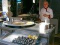 魚市場のムール貝のフライと殻に入ったピラフ;クリックすると大きな写真になります