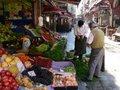 開店準備中の野菜・果物店;クリックすると大きな写真になります