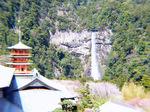 青岸渡寺の広場から臨める那智大滝と三重塔:クリックすると大きな写真になります