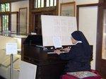 「ド・ロ神父記念館」でオルガンを弾くシスター:クリックすると大きな写真になります