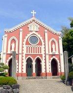 白い漆喰のコントラストが目立つ宝亀教会:クリックすると大きな写真になります