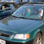 ホンダ車に乗ったイスラム系の女性たち;クリックすると大きな写真になります