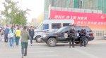 防弾チョッキと銃で警戒する武装警察隊員