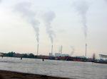 電力会社の煙突;クリックすると大きな写真になります