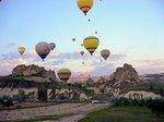 熱気球が上がる①;クリックすると大きな写真になります。