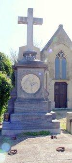 クーデンホーフ家の墓碑。クーデンホーフ・ミツコの名前も刻まれている(ウイーン・ヒーツイング墓地で):クリックすると大きな写真になります