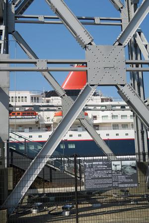 210222096_027 新港埠頭 X800 ハンマークレーン と にっぽん丸 G7X.jpg