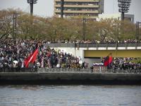 早慶レガッタ 両校応援団;クリックすると大きな写真になります