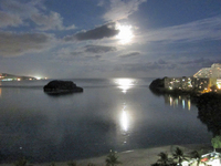月に照らされるアガニャ湾;クリックすると大きな写真になります