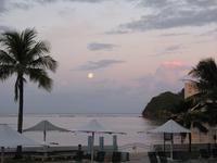 朝焼けと月;クリックすると大きな写真になります