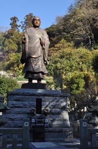 日蓮聖人銅像;クリックすると大きな写真になります